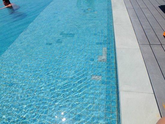 The AIM Patong Hotel: Открытие отеля в этом году, но плитка в бассейне уже вся отвалилась
