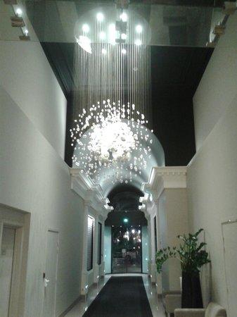 Novotel Toulouse Centre Wilson : Lustre na entrada do Hotel