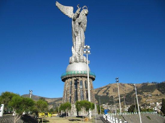 La Virgin del Panecillo: статуя