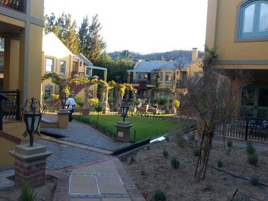 Franschhoek Country House & Villas: Gsrten mit Blick auv die villas