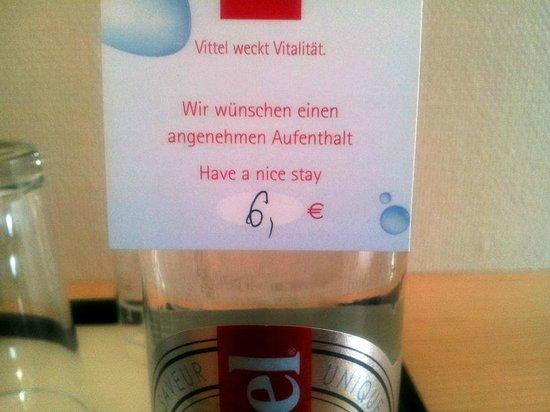 Sheraton Berlin Grand Hotel Esplanade: Wucherwasser für sechs Euro