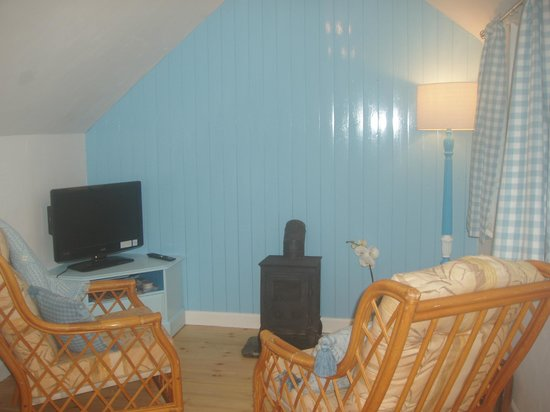 Little Trethvas Camping and Touring Site: Cosy cottage sitting room