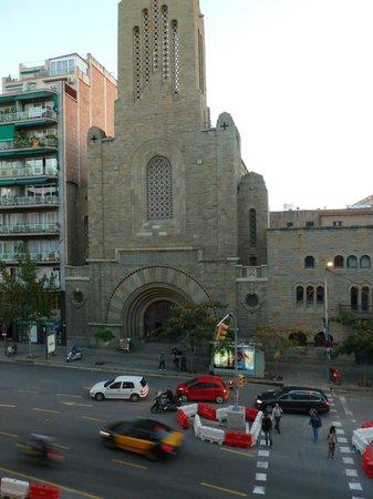 Hotel Via Augusta: вид из окна номера на католическую церковь