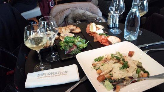Diplomatico : foie gras, saumon gravlax, salade césar. Le tout agrémenté de ruinart blanc de blanc. Un bon sou