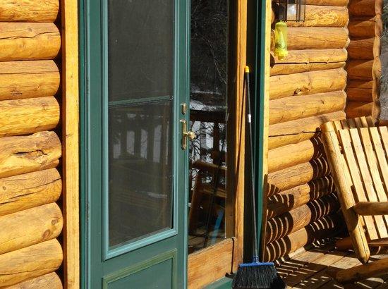 Rockmount Cottages & Cabins: outside back door onto deck