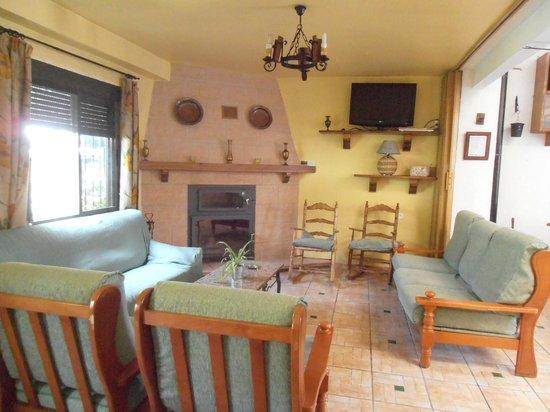 alojamiento rural torre hueca chimenea en salon rustico - Salones Rusticos Con Chimenea