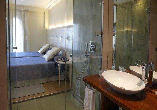Hotel Campoamor: HABITACIÓN/BAÑO