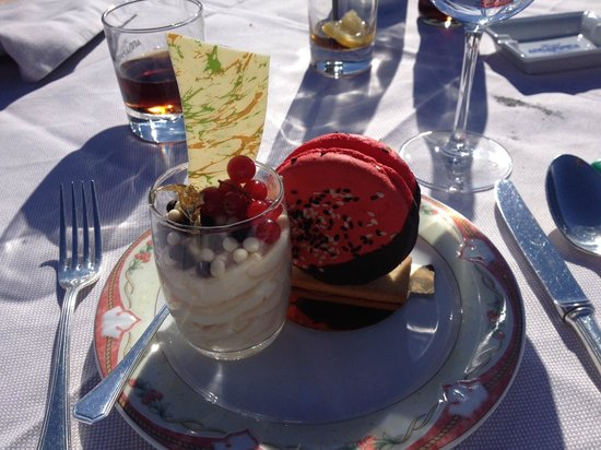 Hotel Annapurna : Macaron et verrine aux deux chocolats ...un pur délice ! pâtisseries faites maison !