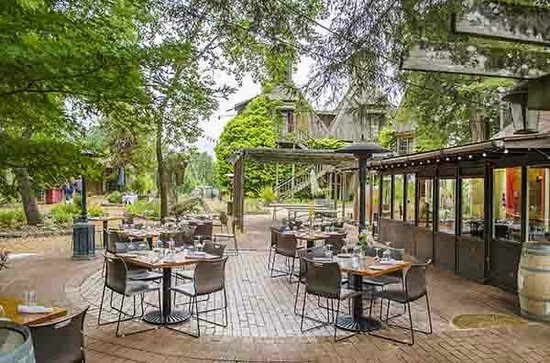 Russian River Vineyards Restaurant Farm & Tasting Lounge: Corks patio dining
