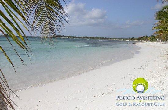 Puerto Aventuras Golf & Racquet Club: El campo de Golf está muy cerca de las playas de Puerto Aventuras.
