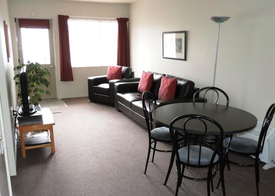 Gables Motor Lodge : One Bedroom Unit - New leather lounge suites