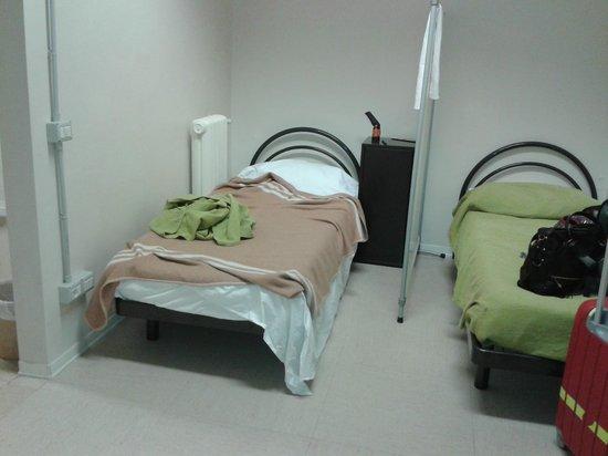 Academy Hostel: Habitación L, para 4 personas, tiene una especie de biombo separador de las camas