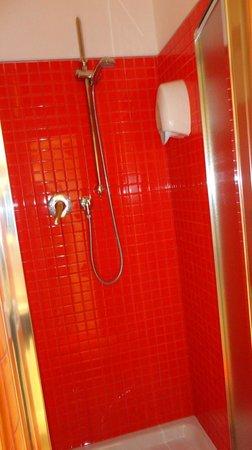 Academy Hostel: Ducha del baño dentro de la habitación