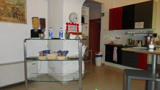 Academy Hostel: Área del comedor con el desayuno! súper completo y rico!