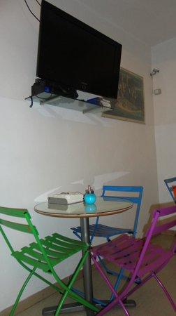 Academy Hostel: Mesas para desayuno o cena o simplemente estar