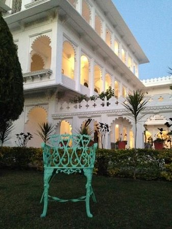 Amer Haveli -A heritage hotel. : relaxing in the courtyard
