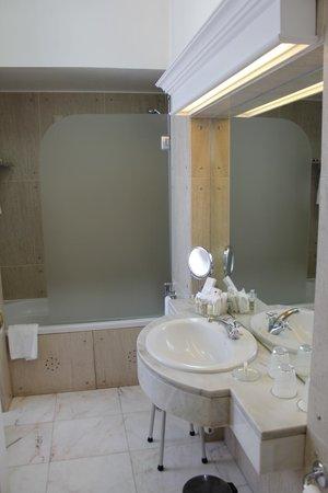 Hotel Avenida Palace : Main bathroom in junior suite 601