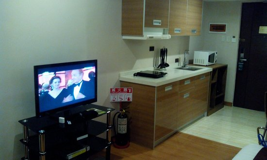 Ace Water Spa: Kitchen has everything you need. Flat screen TV in front of the bed. If you have HD movies avail