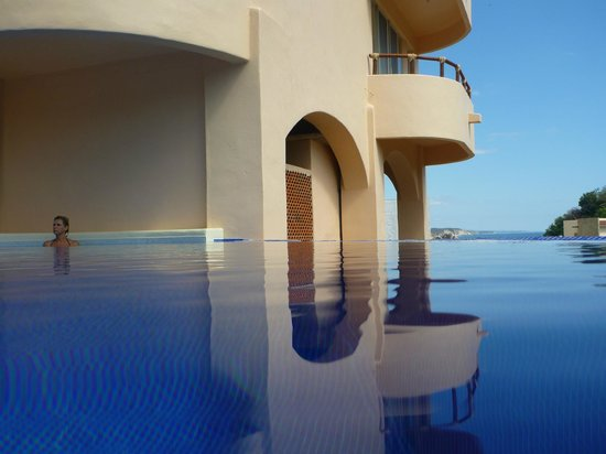 Villa Pacifico: 2-level infinity pool