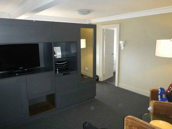 """B+B Edinburgh: Le côté """"salon"""" avec télé écran plat et rangements"""