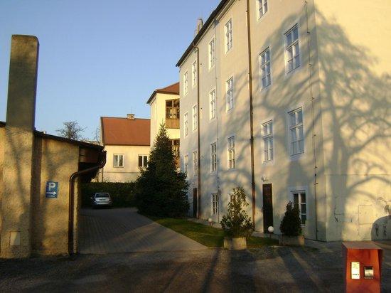 EA Hotel Jeleni dvur: вид на отель со стороны Пражского Града