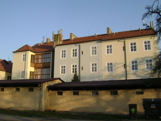 EA Hotel Jeleni dvur: вид на отель со двора