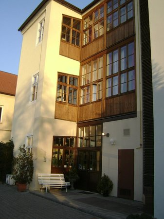 EA Hotel Jeleni dvur: задний дворик отеля