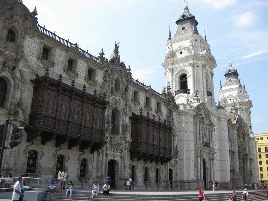 Plaza de Armas (Plaza Mayor): Archbishop palace and Cathedral