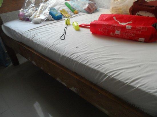 Hotel Costa Del Sol: camas viejas