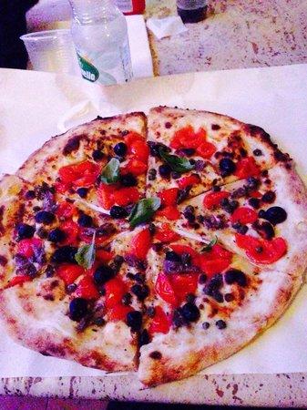 Pulecenella Pizzeria : Una pizza caprese senza mozzarella...eccezionale!!