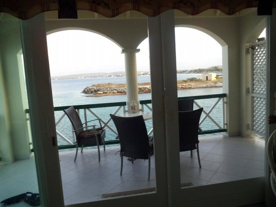 Port Bonaire Resort : looking out thru balcony