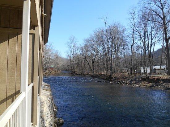 River's Edge Motel: Balcony view