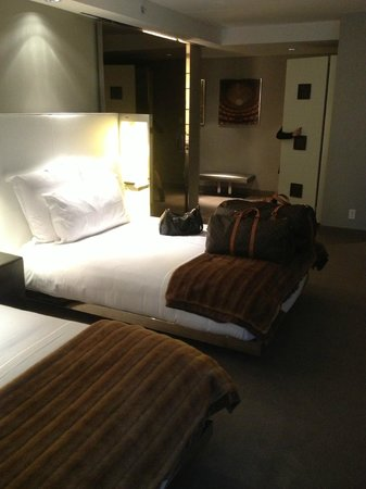 SLS Hotel, A Luxury Collection Hotel, Beverly Hills: Beds and closet area
