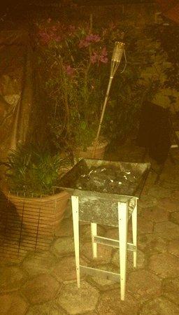 Suites Fenicia: BBQ im schönen gemütlichen Garten