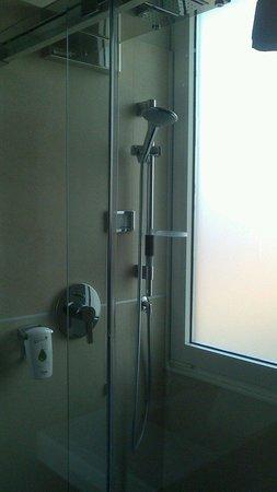 BEST WESTERN PLUS Hotel De Capuleti: Box doccia con cromoterapia camera 404