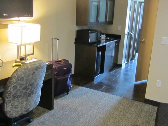 Best Western Premier Crown Chase Inn & Suites: Wet bar.