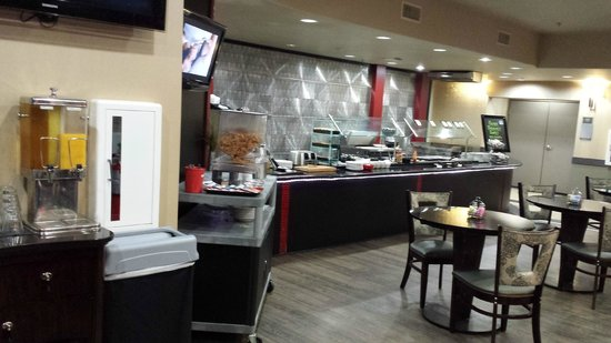 Best Western Premier Crown Chase Inn & Suites: Breakfast area.