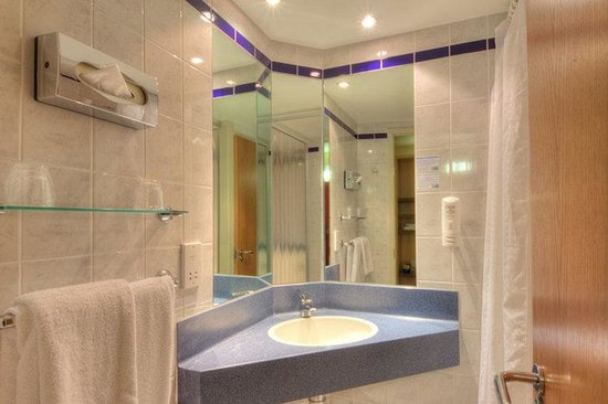 Holiday Inn Express London-Limehouse : Guest Bathroom