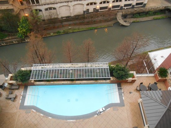 The Westin Riverwalk, San Antonio: View of pool and riverwalk from room balcony
