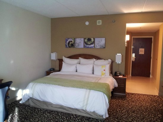 Savannah Marriott Riverfront: Hotel room with bed