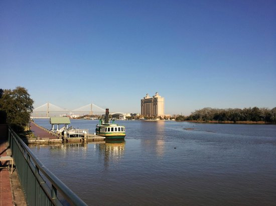 Savannah Marriott Riverfront: Free ferry and its closeness to back entrance of hotel
