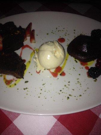 Buzzano: heißes Schokoküchlein mit frischen Früchten als Dessert