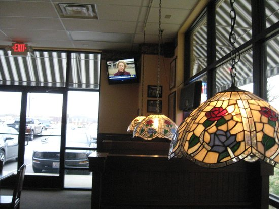 Sir Pizza: Seating area-pretty lamps