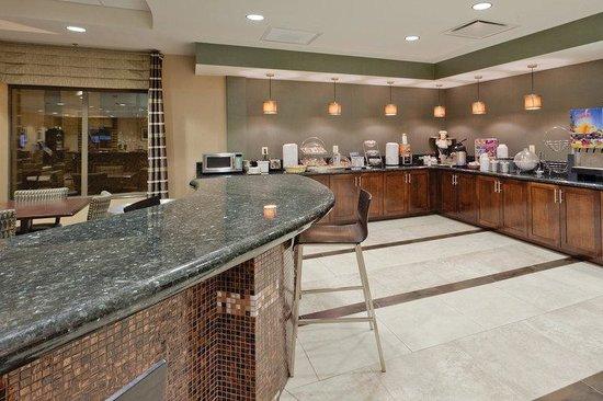 La Quinta Inn & Suites Edgewood / Aberdeen-South: Inviting Breakfast Bar