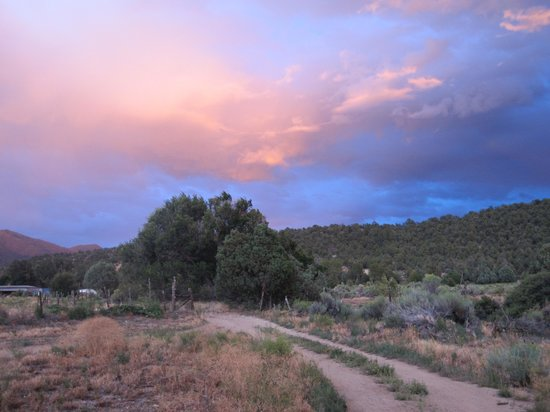 San Cristobal, New Mexiko: the road at sunset