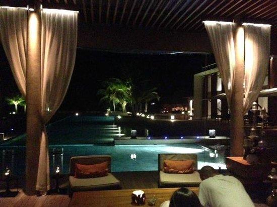 Park Hyatt Maldives Hadahaa: pool area at night