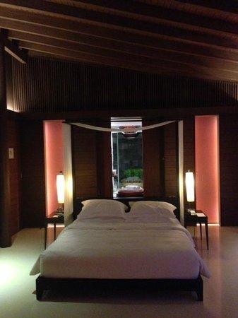 Park Hyatt Maldives Hadahaa: view into bathroom