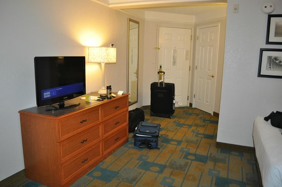 La Quinta Inn & Suites Fremont / Silicon Valley: TV and entry