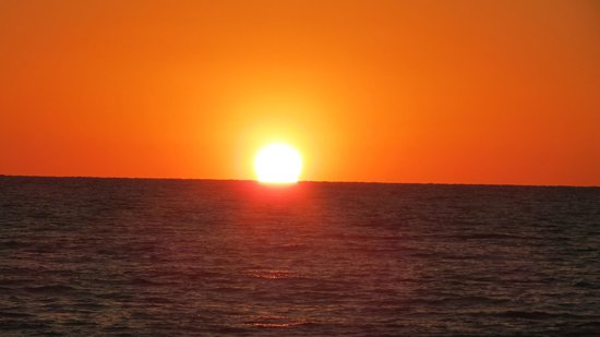 Beachcomber Beach Resort & Hotel: Sunset At The Beachcomber ST.Pete's