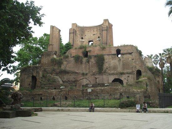 Piazza Vittorio Emanuele II. Ruínas de um reservatório de água do tempo do Império Romano (226 d